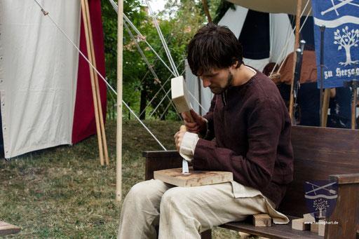 Patrick ist gerade dabei, sich einen Teller zu schnitzen. /Foto: Stephan