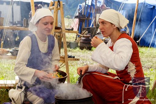 Kersin (links) und Julia (rechts) probieren, ob das Mittagessen bereits gar ist. /Foto: Stephan