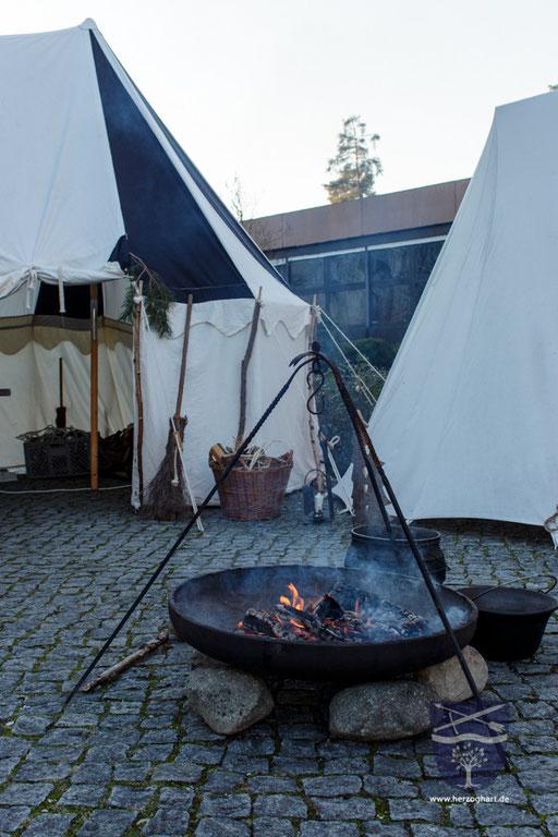 Das Feuer brennt, die Vorbereitungen für den Christkindlmarkt 2015 in Waldkraiburg sind abgeschlossen. /Foto: Julia
