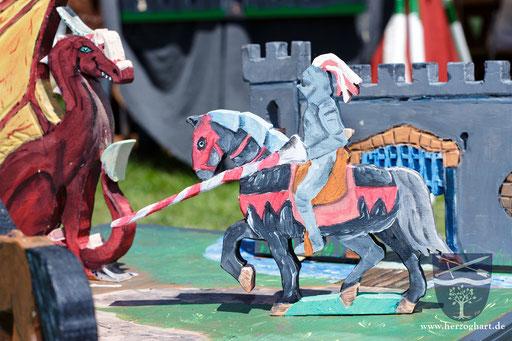 Der gute Ritter kämpft gegen den bösen Drachen... unsere Kinderspiele sind nicht nur eine Herausforderung! /Foto: Stephan