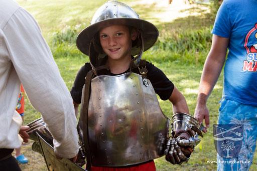 Ein Eisenhut, Brustplatte und Handschuhe sind gar nicht so leicht ... /Foto: Julia