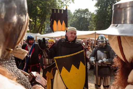 Der Hauptmann erklärt den Kriegern, auf was es in der Schlacht besonders ankommt. /Foto: Stephan