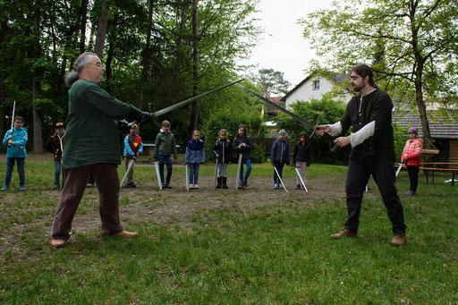 Bevor es ans Eingemachte geht, führen Roland (links) und Dustin (rechts) den Kindern die Grundlagen vor. /Foto: Stephan