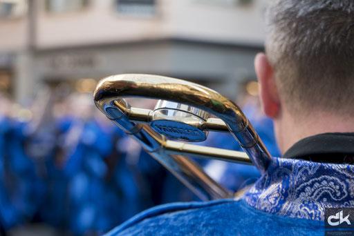 Platzkonzert einer Guggenmusik in der Hertensteinstrasse