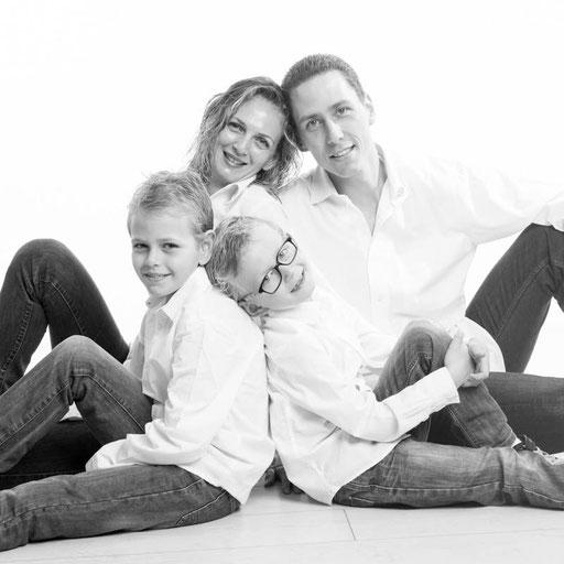photo de famille-oise-val d'oise-60-95-noir-et-blanc-studio-photographie