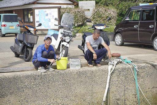 魚釣りをする島の人(加唐島)