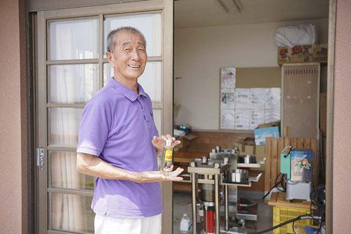 区長さんと搾油施設(加唐島)