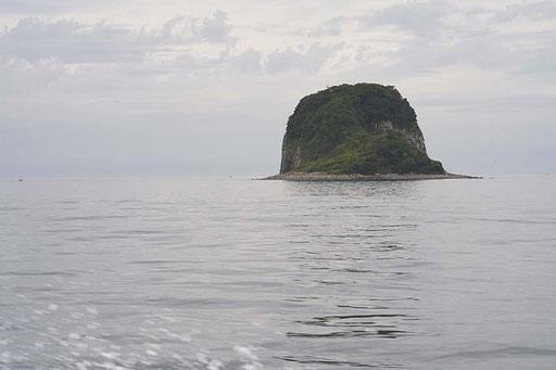 島の近くには小さい島や瀬があります