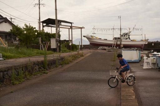 自転車で遊ぶ少年(小川島)