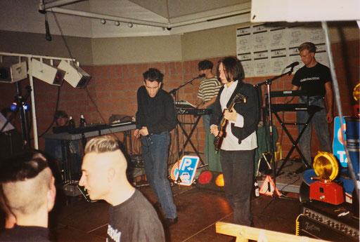 """Chainreaction - Auftritt """"Mammut-Fete"""", AC-Haaren, 03.11.1989 (vorne die Jungs von """"Paranoid"""")"""