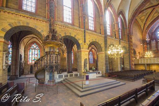 Altarbereich und Kanzel