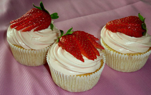 Vanille Cup Cake mit Erdbeerschokoladen Topping