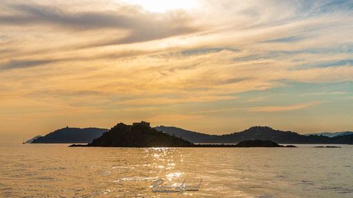 Couché de soleil sur l'île du Grand Ribaud - FR83