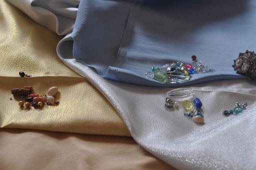 Eine Kombination aus natürlichen und edlen Materialien gibt eine interessante Spannung für ein Couture Outfit.