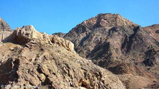 Wadi Khurush - Premier plan calcaire de talus continental, arrière plan chers rouges et vers d'océan profonc avec au sommet framtion calacire de Dehra