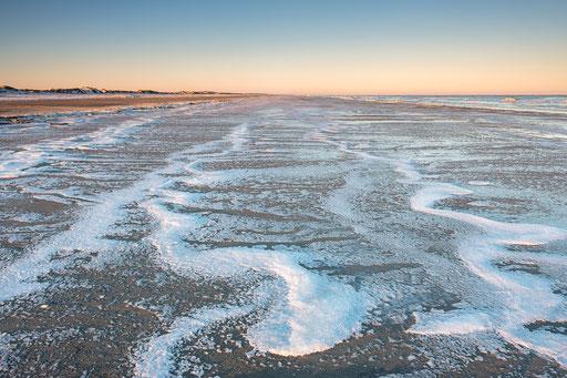 Bevroren schuim op Noordzeestrand Terschelling © Jurjen Veerman