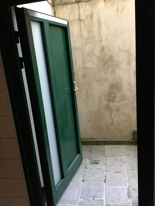 Grüne Nebeneingangstür von innen geöffnet