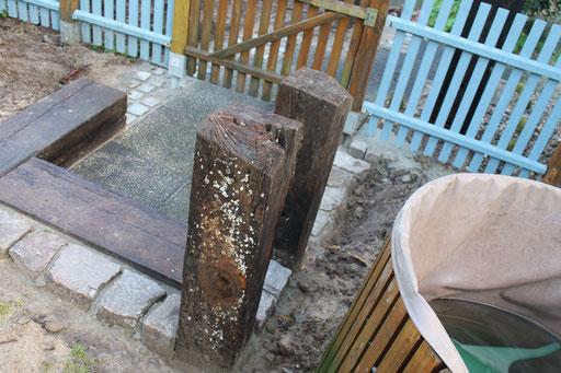 Altes Holz als Gartenstufe