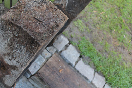Granitsteine als Rasenkante
