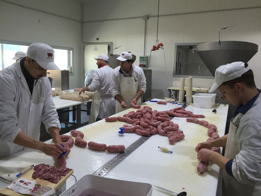 produzione laboratorio salumi salame crudo insacco legatura ferrere asti langhe piemonte