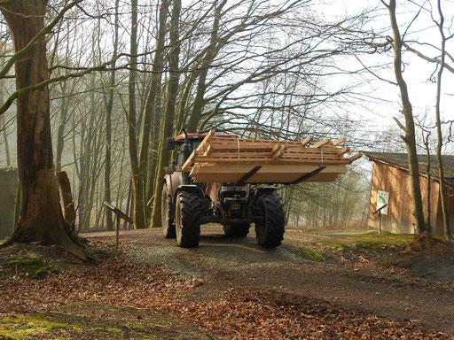 Mit dem Traktor durch den Wald.