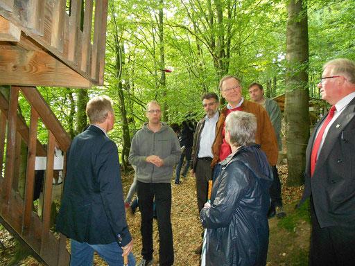 Besichtigung der Baumhäuser.