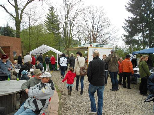 Der Waldmarkt füllt sich.