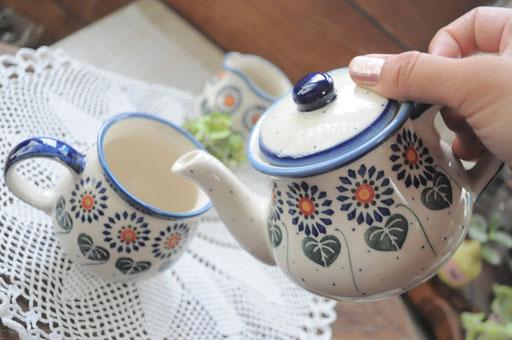 ティーポットは1〜2人分のお茶が入ります(茶漉しはついておりません)