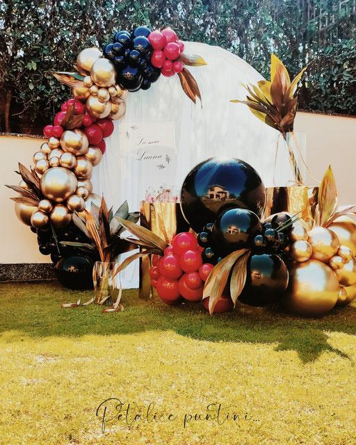 allestimento di palloncini oro neri rossi per festa di laurea