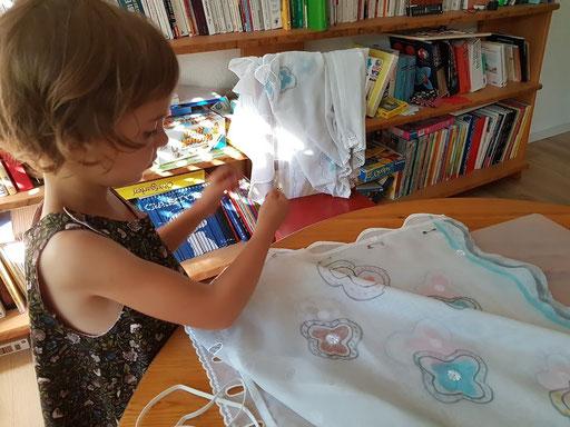 Louise créant une jupe à partir d'un rideau