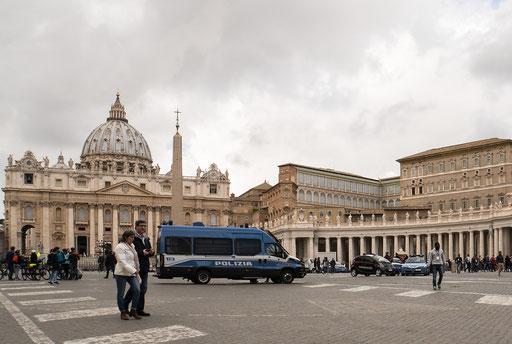 Der Vatikan wird von staatlichen Polizeikräften streng bewacht. Zugang ist nur durch Sicherheitschleusen ähnlich wie auf Flughäfen möglich