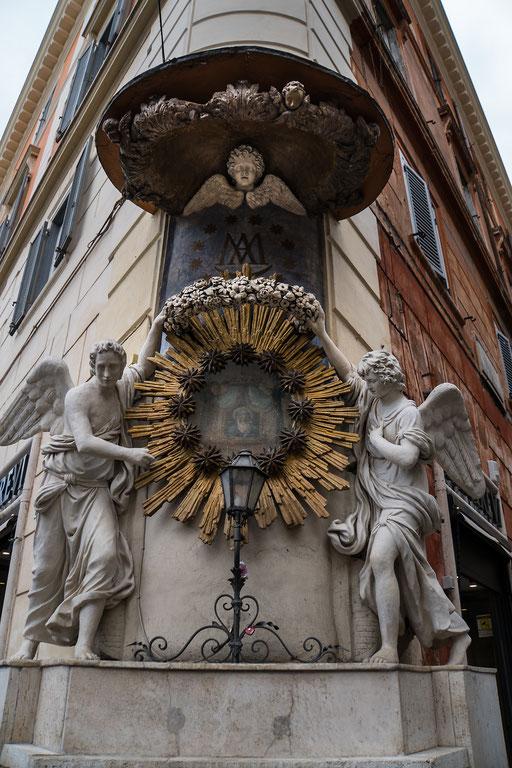 Religiöse Motive am Gebäude