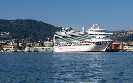 Kreuzfahrtschiff im Hafen von La Spezia