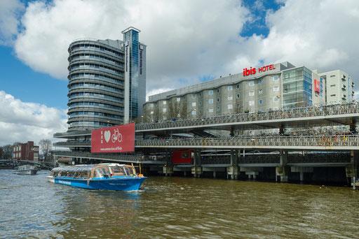 Grachtenrundfahrt in Amsterdam, mitten in der Stadt ein großes Fahrradparkhaus