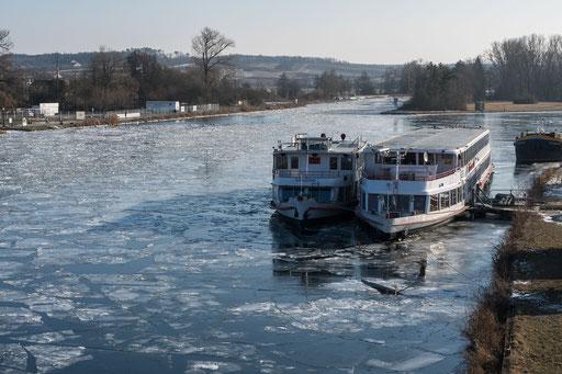Zwei Fahrgastschiffe liegen im Volkacher Hafen an der Leine