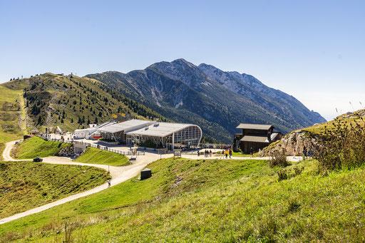 Die Bergstation der Seilbahn von oben gesehen