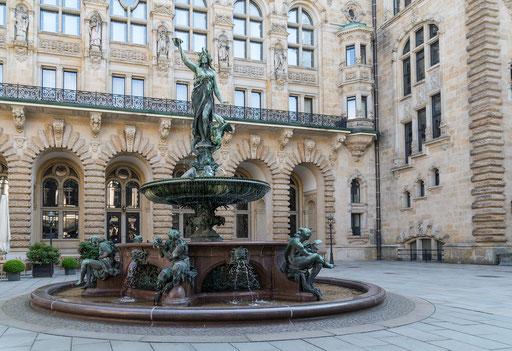 Das Hamburger Rathaus ist der Sitz der Bürgerschaft (Parlament) und des Senats (Landesregierung) der Freien und Hansestadt Hamburg.