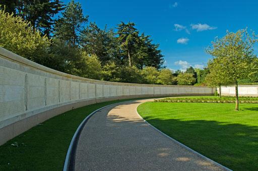 In einem weiten Halbbogen sind die Namen der vermißten US-Soldaten in Steinplatten gemeißelt. (MIA - MISSING IN ACTION)
