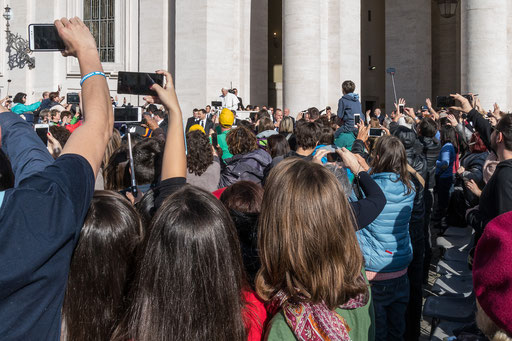Im Papamobil fährt Papst Franziskus zu den Pilgern
