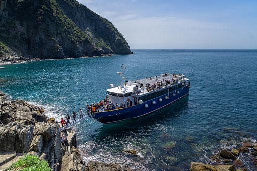 Mit dem Schiff fahren wir nach Vernazza.