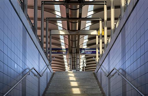 Flach gehaltene Treppenaufgänge führen zu den Bahnsteigen
