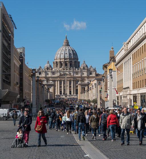 Die Pilgermassen verlassen nach der Audienz den Petersplatz