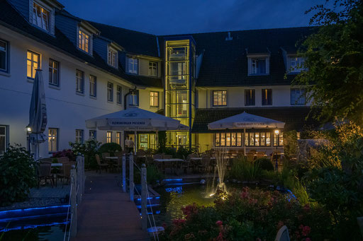 "Das Hotel ""Wikinger Hof"" in Kropp.  Im Biergarten"