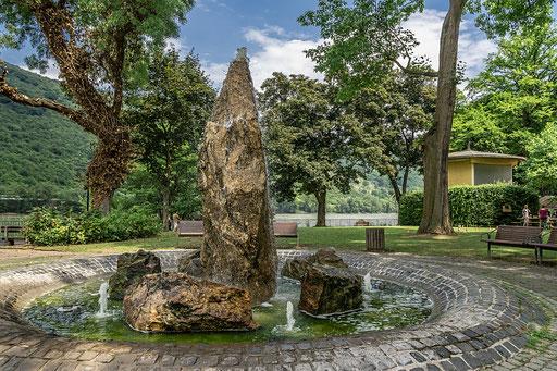 Uriges Felsgestein wurde zum mächtigen Brunnen verarbeitet