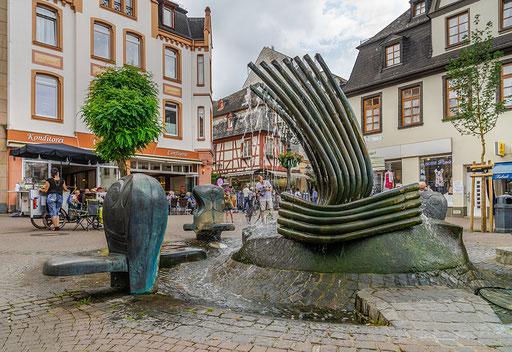 Der Thonet-Brunnen (1992). Er ist dem Schreiner und späteren Möbelfabrikanten Michael Thonet (1796-1871) gewidmet, dem bekanntesten Sohn der Stadt.