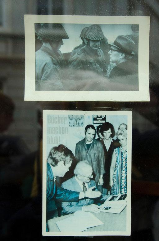 Der Generalsekretär des Zentralkomitees (ZK) der SED  und  Staatsratsvorsitzender der DDR sowie Vorsitzender des Nationalen Verteidigungsrates Erich Honecker...   /Gesehen in den Fenstern einer Eckkneipe