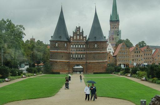 """Das Holstentor (""""Holstein-Tor"""") ist ein Stadttor, das die Altstadt der Hansestadt Lübeck nach Westen begrenzt."""