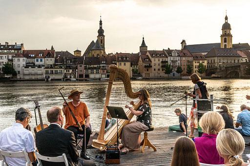 Julia Rosenberger an der Harfe und Ralph Stövesandt am klingenden Sägeblatt