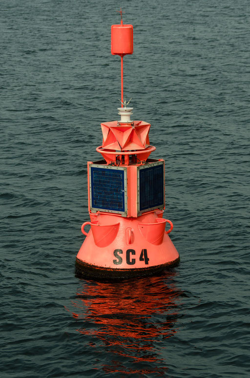 Seezeichen: Backbordtonne(rot), linke Schiffsseite