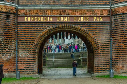 """Das Holstentor.  Auf Feldseite befindet sich eine Inschrift. Dort steht Concordia domi foris pax (""""Eintracht innen, draußen Friede"""")."""